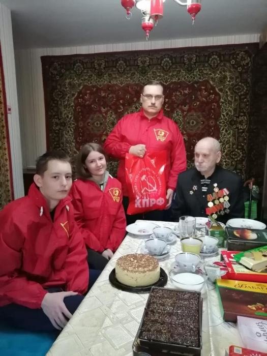 Люберецкие коммунисты поздравляют ветеранов с праздниками
