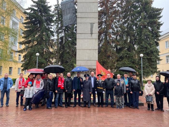 Делегация коммунистов Воскресенска возложили цветы и венок к Вечному огню