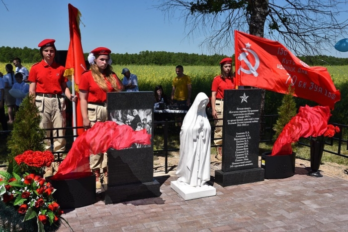 Вблизи деревни Петровское открыли памятник погибшим землякам
