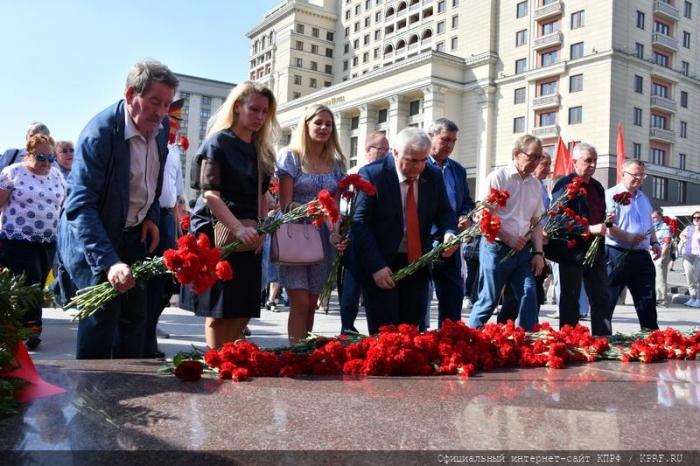 В Москве состоялась памятная церемония КПРФ с возложением цветов к Могиле Неизвестного солдата