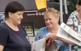 Раздача партийной прессы в Лотошино