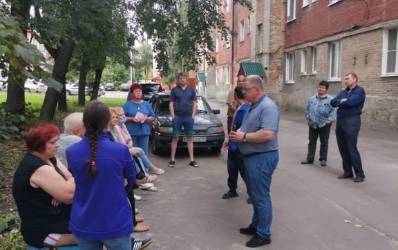 Жители аварийного дома в Озёрах обратились за помощью к депутату-коммунисту Александру Наумову