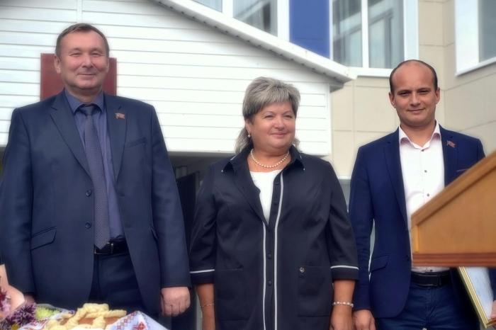 Депутаты-коммунисты Озёр поздравили школьников и педагогов с Днём знаний
